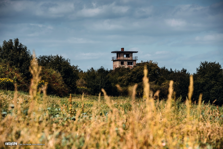 Chátrající věž bývalého tankodromu u Těšnovic