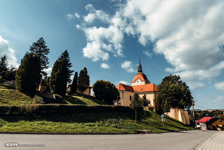 Kostel nedaleko startu ve Zdounkách